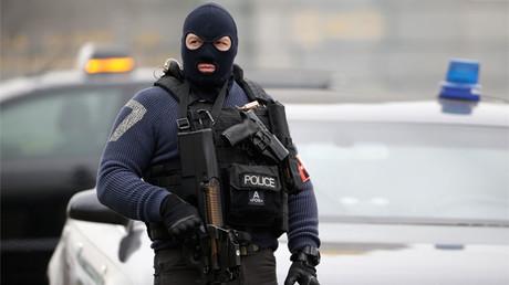 Un policía monta guardia durante la investigación de los atentados de Paris y de Bruselas el 24 de marzo de 2016