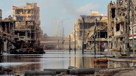 Una calle de Sirte tras ser escenario de violentos enfrentamientos entre las fuerzas del Gobierno provisional de Libia y las fuerzas leales a Muammar Gadafi, el 18 de octubre de 2011.