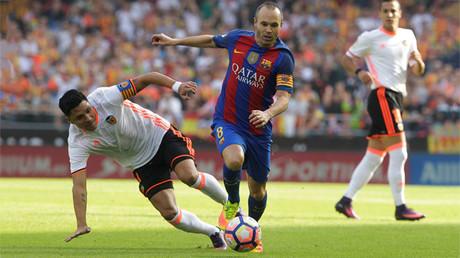 El fubolista del F.C. Barcelona, Andrés Iniesta, durante el encuentro contra el Valencia, en Mestalla (Valencia, España)