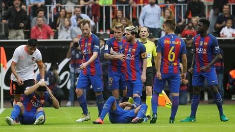 Los jugadores del F.C. Barcelona reaccionan luego de que hinchas del Valencia C.F. lanzaran una botella a uno de sus jugadores. 22 de octubre de 2016.