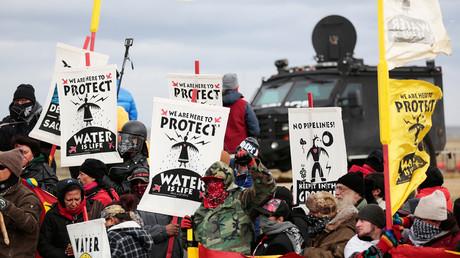 Manifestantes contra el oleoducto Dakota Access se enfrentan a la Policía cerca de la reserva de Standing Rock, Dakota del Norte (EE.UU.), el 5 de octubre de 2016
