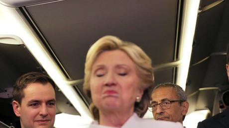 John Podesta escucha a Hillary Clinton, antes del tercer debate presidencial en Las Vegas. 19 de octubre de 2016.