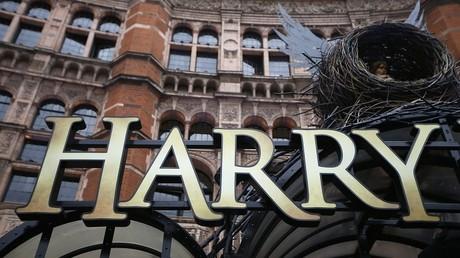 Una letrero cuelga fuera del Palace Theater, donde se muestra la obra de teatro 'Harry Potter y el legado maldito'.