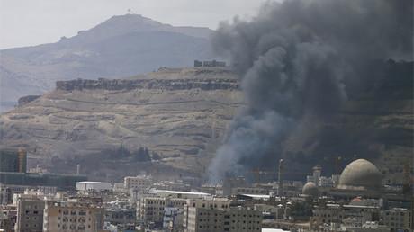 Columnas de humo se elevan en un lugar alcanzado por los ataques aéreos saudíes en Saná, la capital de Yemen, el 18 de septiembre de 2015.