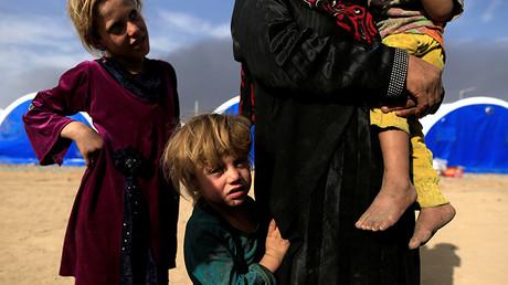 Una familia que huyó de la aldea de Mudarraj, que permanece bajo control del Estado Islámico, en Qayyarah, Irak, el 21 de octubre de 2016.