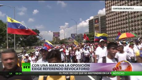 La oposición venezolana exige el referendo revocatorio durante una marcha
