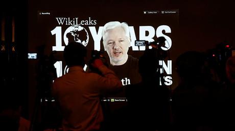 El fundador de WikiLeaks, Julian Assange, habla a través de una videoconferencia organizada con el motivo de la celebración del décimo aniversario de la organización, el 4 de octubre de 2016