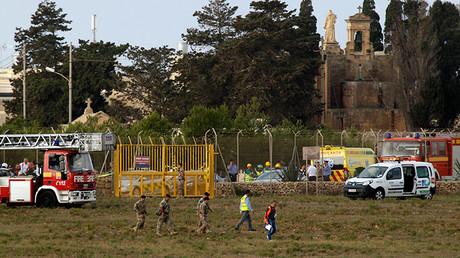 Servicios de rescate actúan en el lugar del accidente de la avioneta en el aeropuerto internacional de Malta