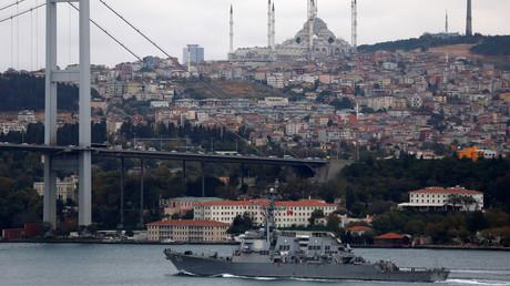 El destructor de la Marina de EE.UU. USS Carney pasa por el Bósforo la ciudad turca de Estambul en su camino hacia el mar Negro