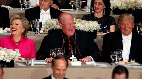 Pie de foto:La candidata demócrata Hillary Clinton, el arzobispo neoyorquino Timothy Dolan y el republicano Donald Trump durante una cena benéfica el 20 de octubre de 2016.