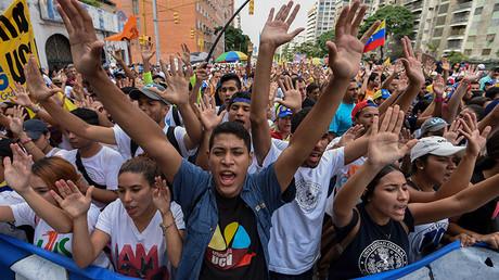 Estudiantes universitarios marchan contra el Gobierno de Nicolás Maduro en las calles de Caracas, Venezuela, 26 de octubre de 2016