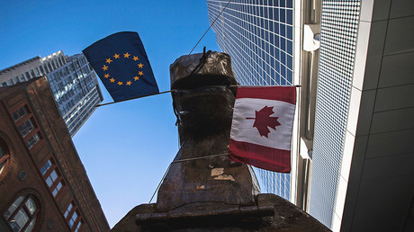Un caballo de Troya gigante con banderas de Canadá y la UE en la boca hecho por activistas contrarios al acuerdo CETA