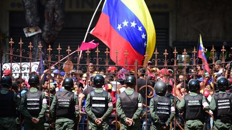 La Guardia Nacional protege a legisladores agredidos por oficialistas, a quienes impide el acceso a la Asamblea Nacional