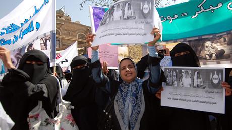 Mujeres yemeníes protestan contra los matrimonios de niñas menores de 17 años en Saná el 23 de marzo de 2010.