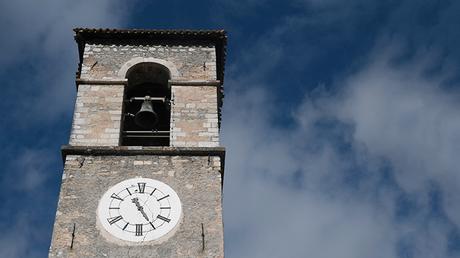 Grietas en el reloj del campanario de una iglesia en Ussita, en el centro de Italia tras la serie de sismos registrados en el país.