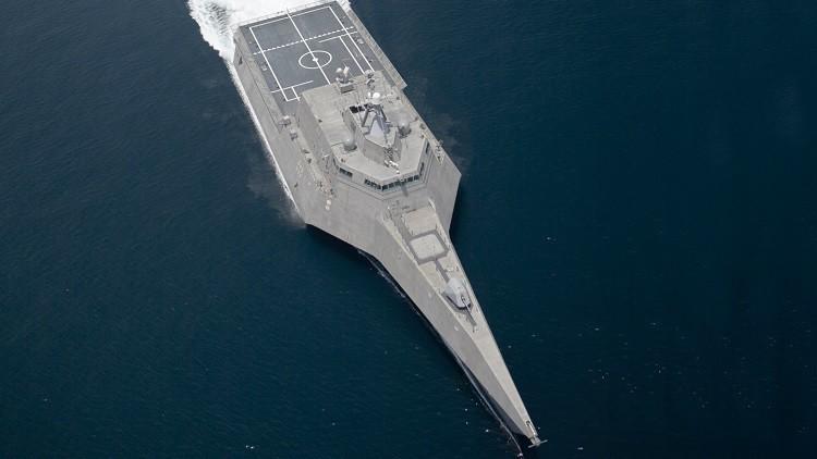 Un buque de combate estadounidense se agrieta al pasar por el Canal de Panamá