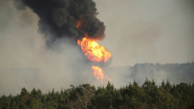 Columnas de humo generadas por el incendio de un gasoducto en el Shelby, Alabama, EE.UU., 31 de octubre de 2016.