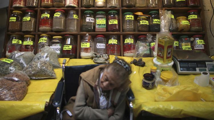 Una dependienta dormita en su tienda de especias de Ciudad de México / Edgard GarridoReuters