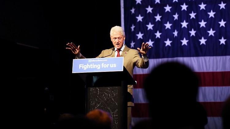 """""""Es extraño"""": El FBI revela materiales de un caso de Bill Clinton a una semana de las elecciones"""