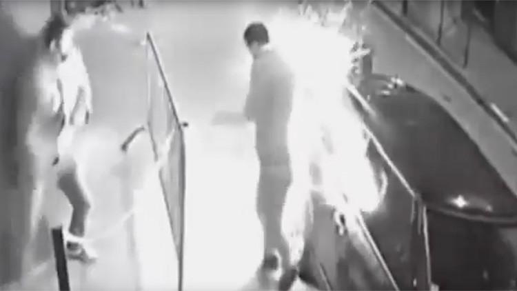 ¡Y no es un teléfono!: Le explota un cigarrillo electrónico en el bolsillo (VIDEO)