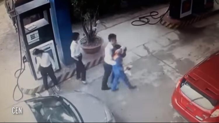 Video: Un banquero golpea con una pistola de gasolinera a una empleada porque creyó que lo engañaba