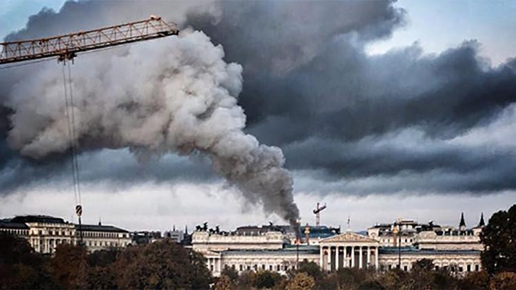Austria: Una gruesa columna de humo emerge del edificio del Parlamento (VIDEO)