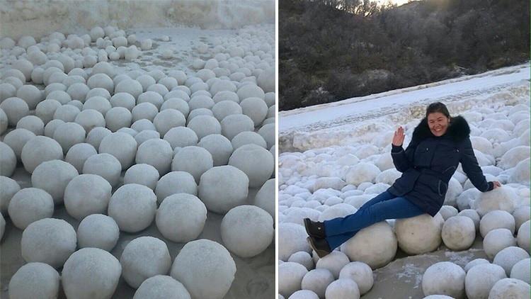 """¿Una """"broma de los dioses""""?: Cientos de bolas de hielo cubren una playa de Siberia (VDEO)"""