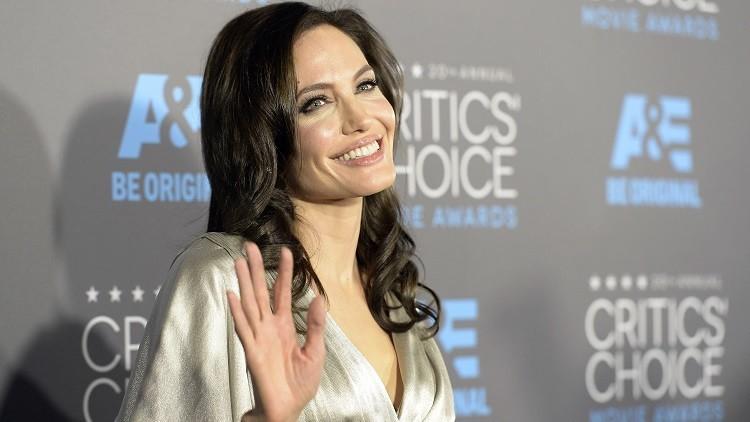 Esta es la sanguinolenta foto de Angelina Jolie que se venderá por 60.000 dólares