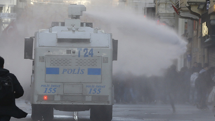 La Policía turca lanza gas lacrimógeno contra manifestantes en Estambul (VIDEO, FOTO)