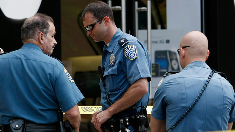 EE.UU.: Indignante foto de un policía con el pulgar levantado cerca de un cadáver