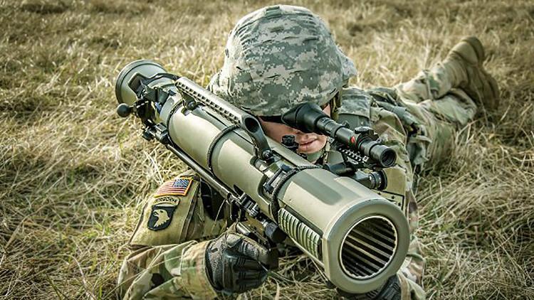 Un soldado de EE.UU. prueba el bazuca multifuncional M3E1