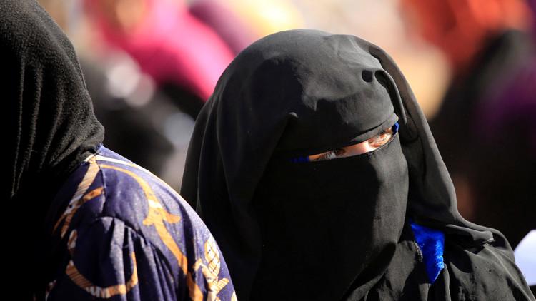 Video: Mujeres de Mosul se desprenden de sus burkas entre risas y lágrimas tras escapar del EI