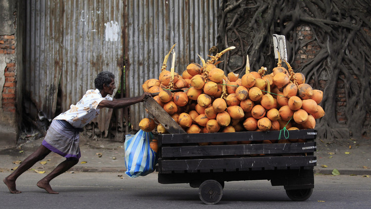 """VIDEO: Rompen mil cocos y encienden velas en Sri Lanka para """"bendecir"""" a Clinton"""