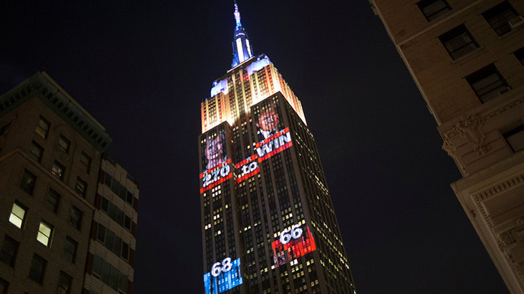 "VIDEO: Proyectan en el Empire State el retrato de Trump con la inscripción ""45.º presidente"""