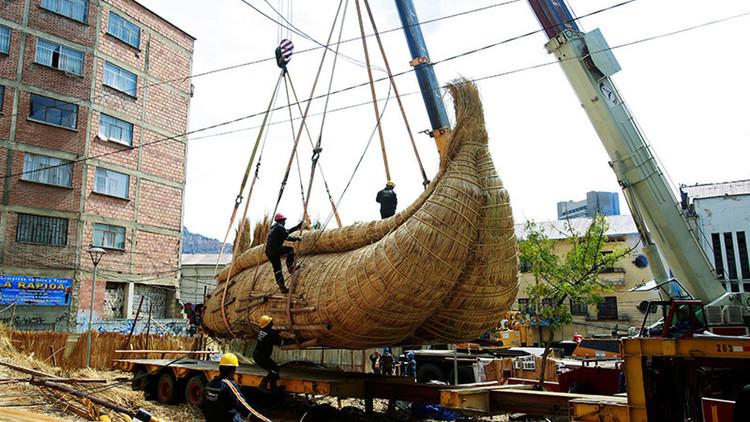 Bolivianos construyen una balsa para cruzar el océano Pacífico en 180 días