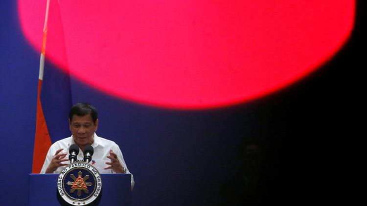 """Presidente filipino afirma que él solo es """"una pequeña molécula"""" en comparación con Trump"""