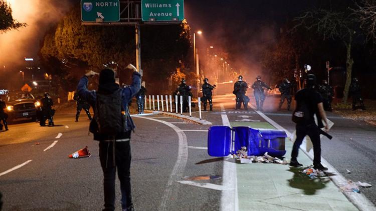 La Policía de Portland dispara balas de goma a los manifestantes anti-Trump (video)