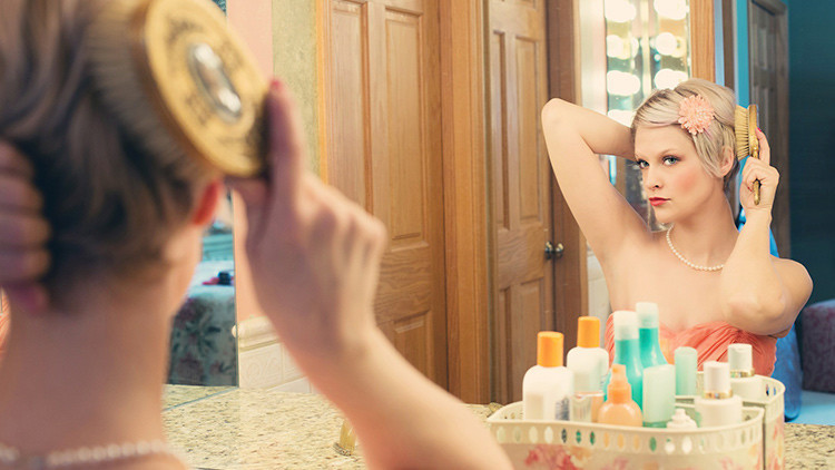 Extraña enfermedad hace a una joven verse fea cada vez que se mira al espejo (Fotos)