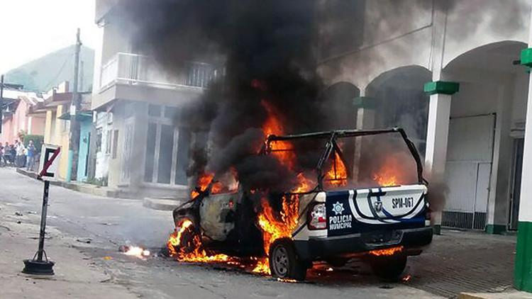 México: Incendian un palacio municipal en protesta por el secuestro de un sacerdote (VIDEO)