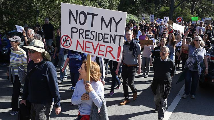 Una mujer sostiene un cartel durante una manifestación contra el Presidente electo Donald Trump en Golden Gate Park, San Francisco (California).  13 de Noviembre de 2016.
