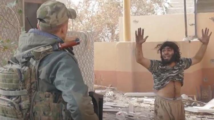 """""""No te mataremos, sal"""": Así se rindió un yihadista del EI ante soldados kurdos en Mosul (VIDEO)"""