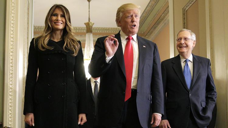 El presidente electo Donald Trump responde a una pregunta de la prensa mientras camina junto a su esposa Melania Trump y el senador Mitch McConnell. Washington, EE.UU. 10 de noviembre de 2016.