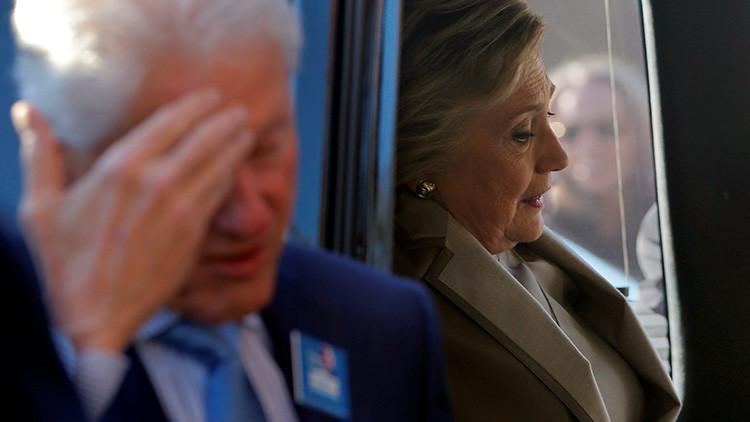 """""""Tiró su móvil del tejado"""": Los Clinton discutieron duramente sobre la causa de la inminente derrota"""