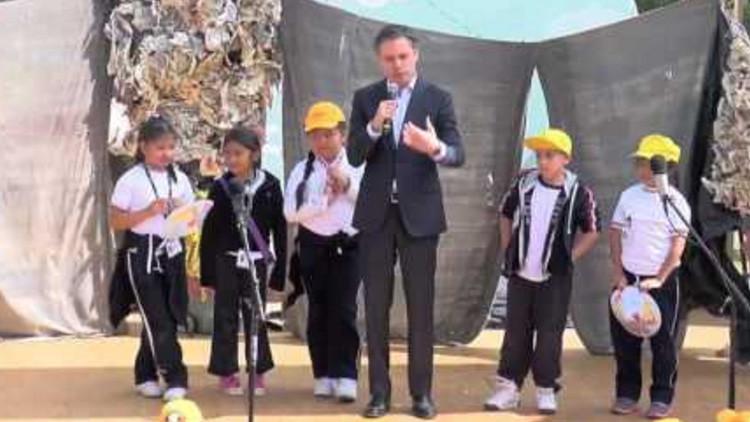 VIDEO: Una niña de primaria le enseña a hablar correctamente al ministro de Educación de México