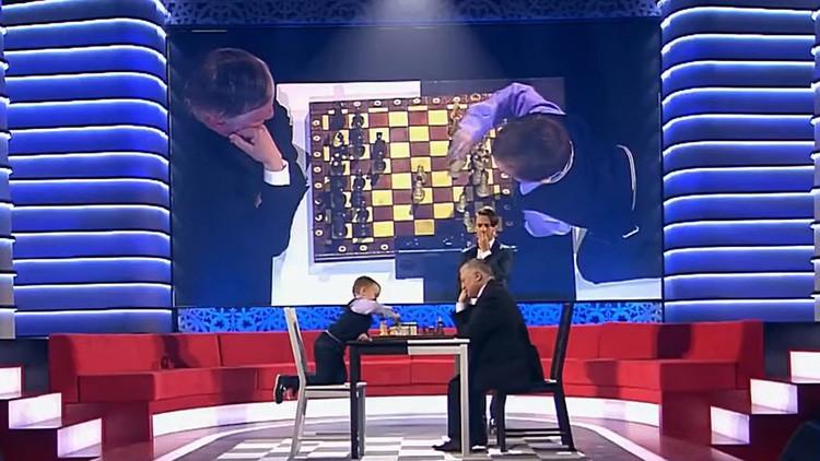 La conmovedora reacción de un niño de 3 años tras perder al ajedrez contra el excampeón Kárpov