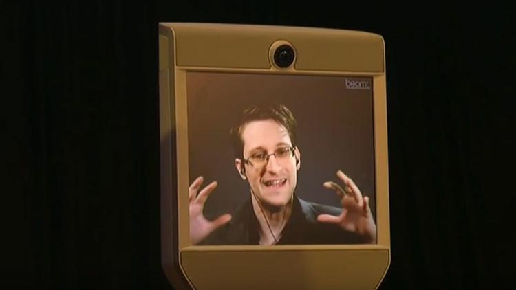 Snowden explica por qué no hay que fiarse de Facebook