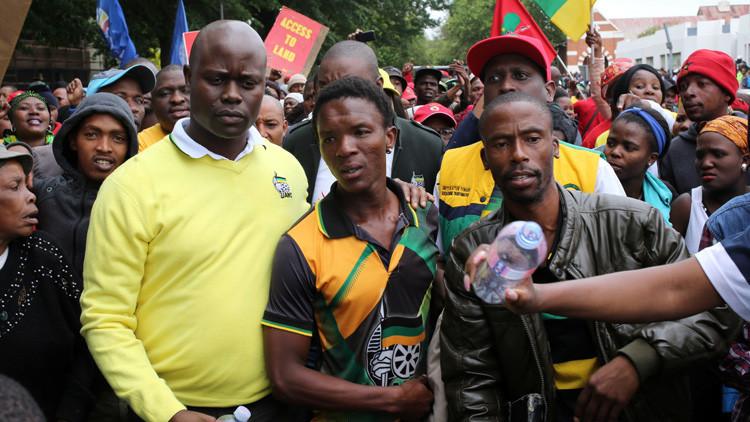 Racismo en Sudáfrica: Encierran a un joven negro en un ataúd y amenazan con prenderlo fuego (VIDEO)
