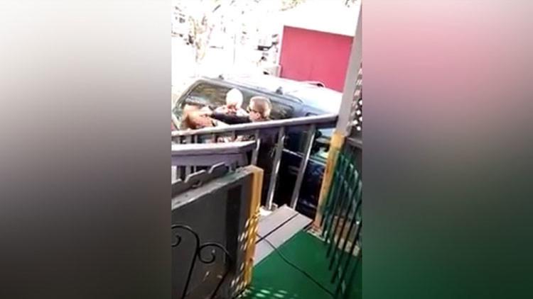 FUERTE VIDEO: Policía de EE.UU. golpea fuertemente en la cara a una mujer