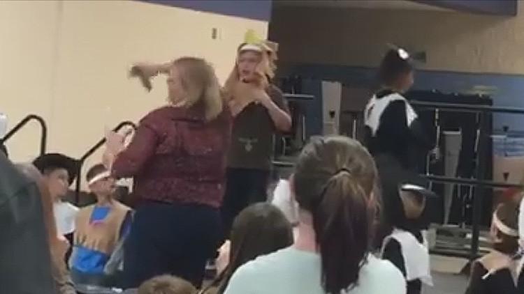 VIDEO: Un niño autista rompe a llorar en una obra infantil por culpa de una profesora