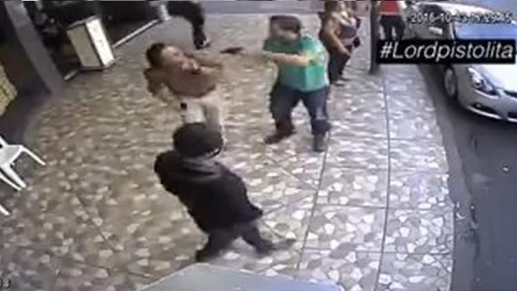 Video: Un delincuente asalta, roba y golpea en pleno día a su víctima en Ciudad de México